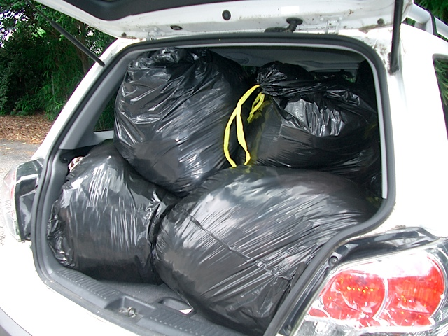 Jak pozbyć się nieprzyjemnego zapachu z bagażnika po przewożeniu śmieci?